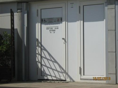 2013-07-15 Toilettes handicapés Sables de près 2 - Copie.jpg
